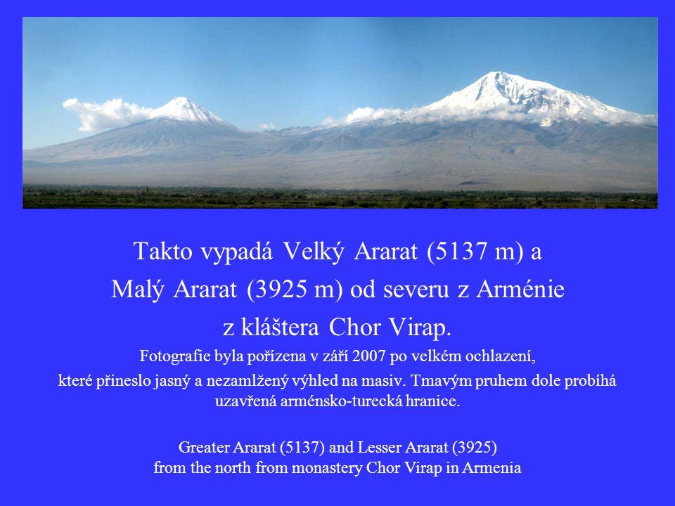 Z mlhavého oparu na severozápadě vystupuje nejvyšší hora, která se nachází na území nynější Republiky Arménie.