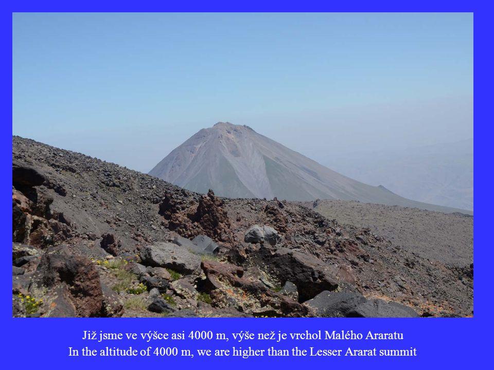 Již jsme ve výšce asi 4000 m, výše než je vrchol Malého Araratu In the altitude of 4000 m, we are higher than the Lesser Ararat summit