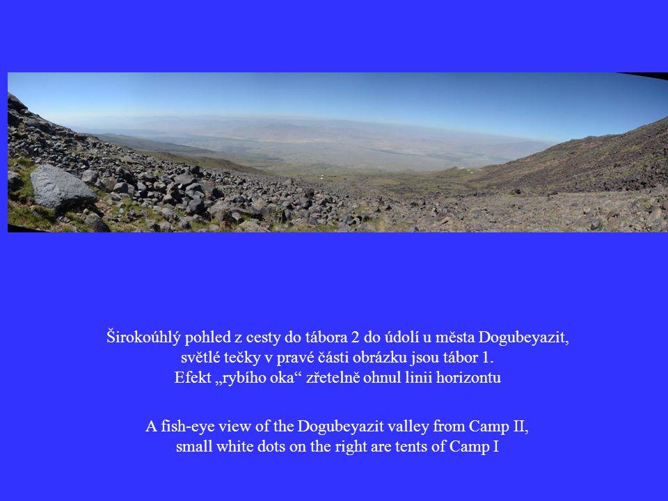 Širokoúhlý pohled z cesty do tábora 2 do údolí u města Dogubeyazit, světlé tečky v pravé části obrázku jsou tábor 1.