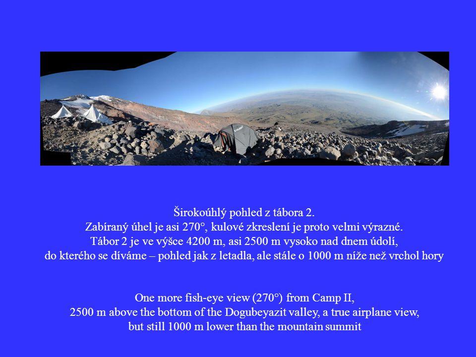 Širokoúhlý pohled z tábora 2. Zabíraný úhel je asi 270°, kulové zkreslení je proto velmi výrazné.