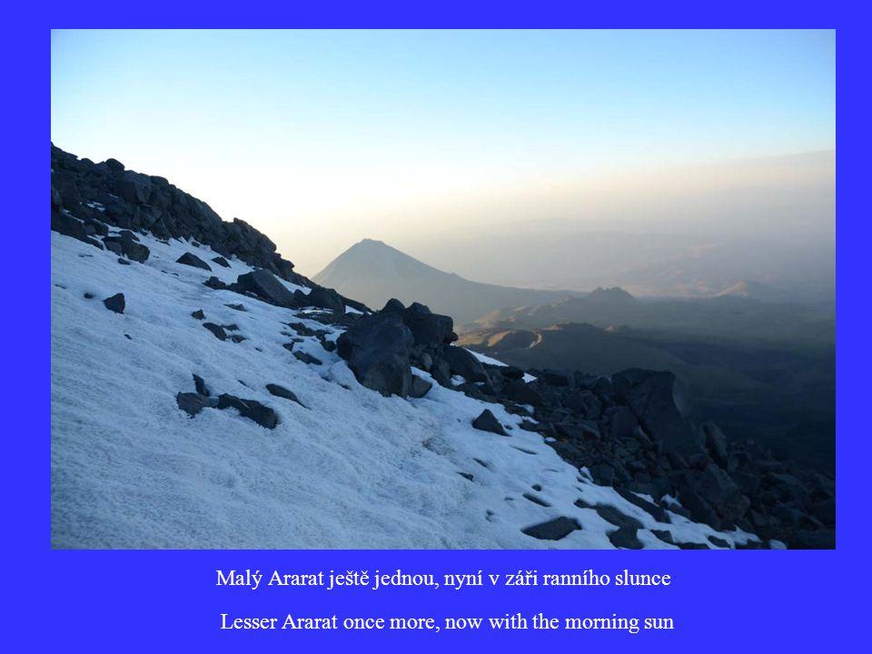 Malý Ararat ještě jednou, nyní v záři ranního slunce Lesser Ararat once more, now with the morning sun