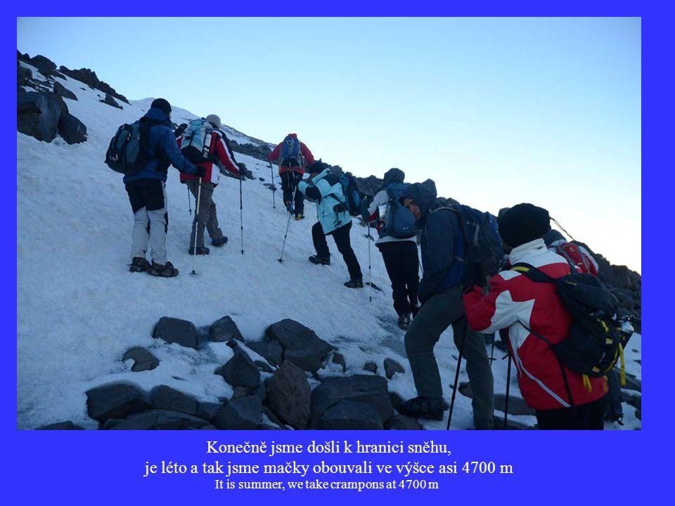 Konečně jsme došli k hranici sněhu, je léto a tak jsme mačky obouvali ve výšce asi 4700 m It is summer, we take crampons at 4700 m