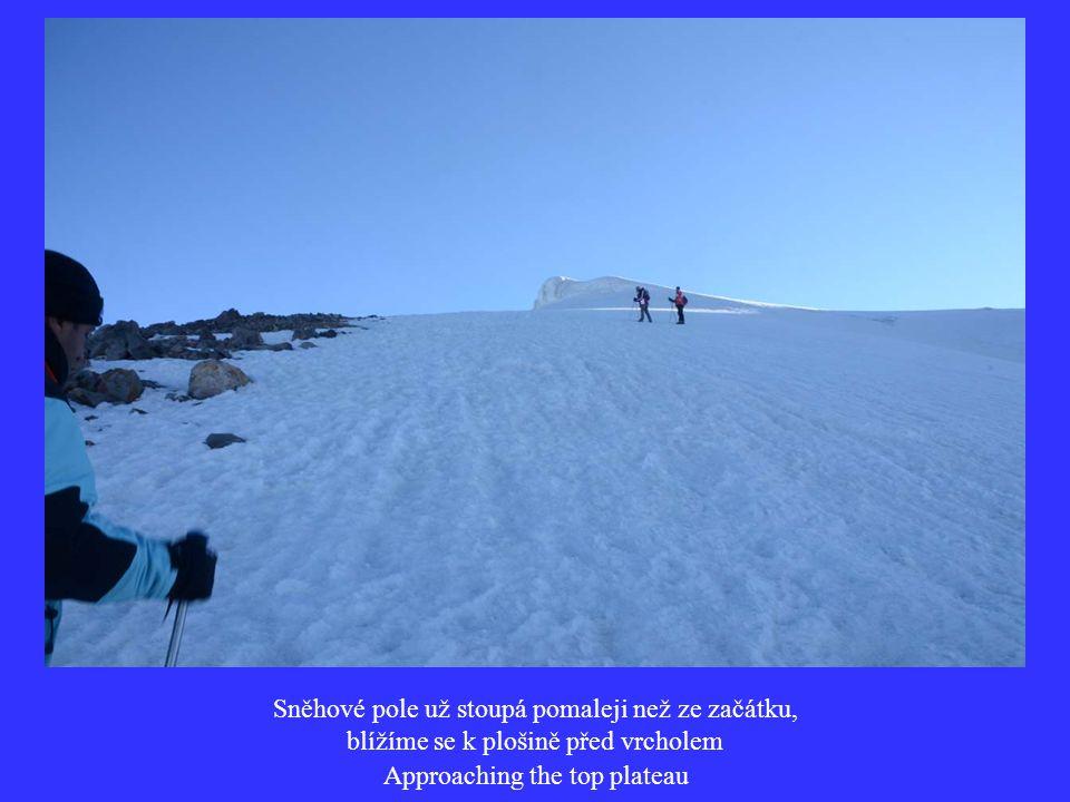 Sněhové pole už stoupá pomaleji než ze začátku, blížíme se k plošině před vrcholem Approaching the top plateau