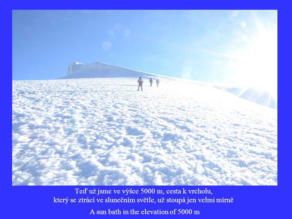 Teď už jsme ve výšce 5000 m, cesta k vrcholu, který se ztrácí ve slunečním světle, už stoupá jen velmi mírně A sun bath in the elevation of 5000 m