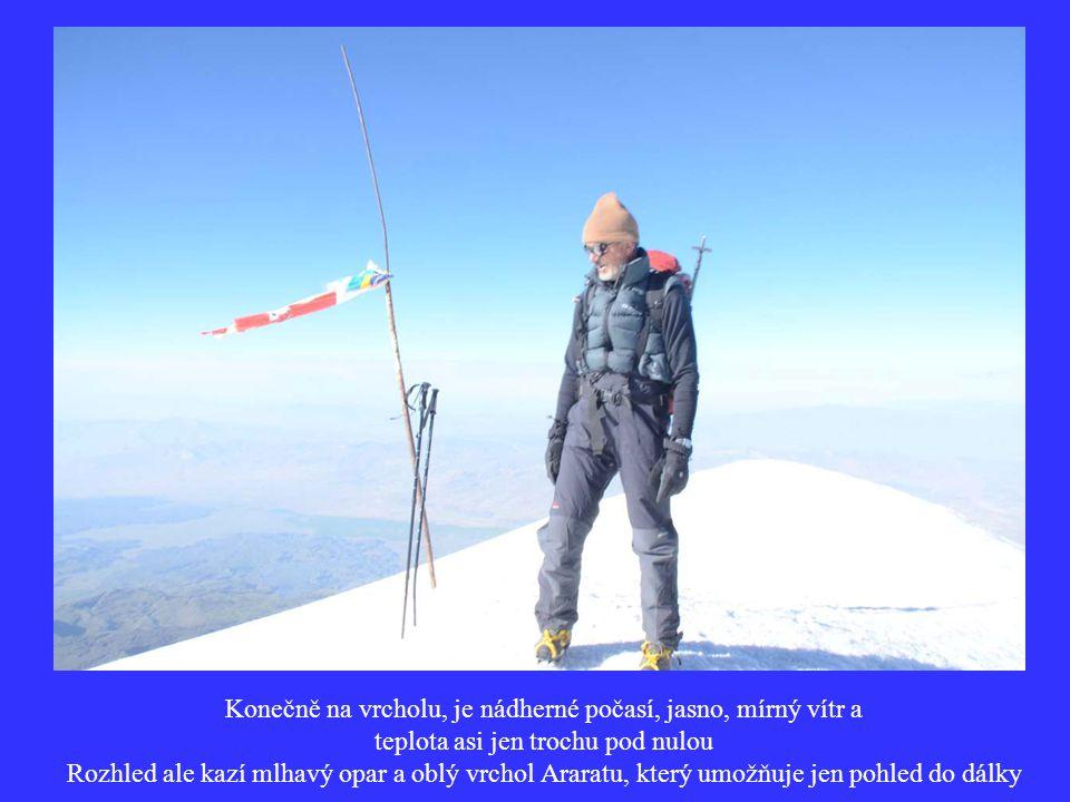 Konečně na vrcholu, je nádherné počasí, jasno, mírný vítr a teplota asi jen trochu pod nulou Rozhled ale kazí mlhavý opar a oblý vrchol Araratu, který umožňuje jen pohled do dálky