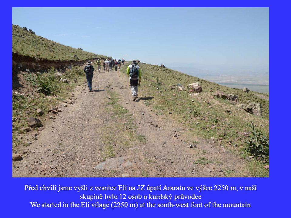 Před chvílí jsme vyšli z vesnice Eli na JZ úpatí Araratu ve výšce 2250 m, v naší skupině bylo 12 osob a kurdský průvodce We started in the Eli vilage (2250 m) at the south-west foot of the mountain