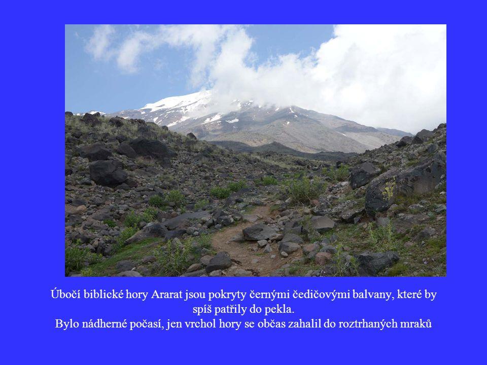Úbočí biblické hory Ararat jsou pokryty černými čedičovými balvany, které by spíš patřily do pekla.