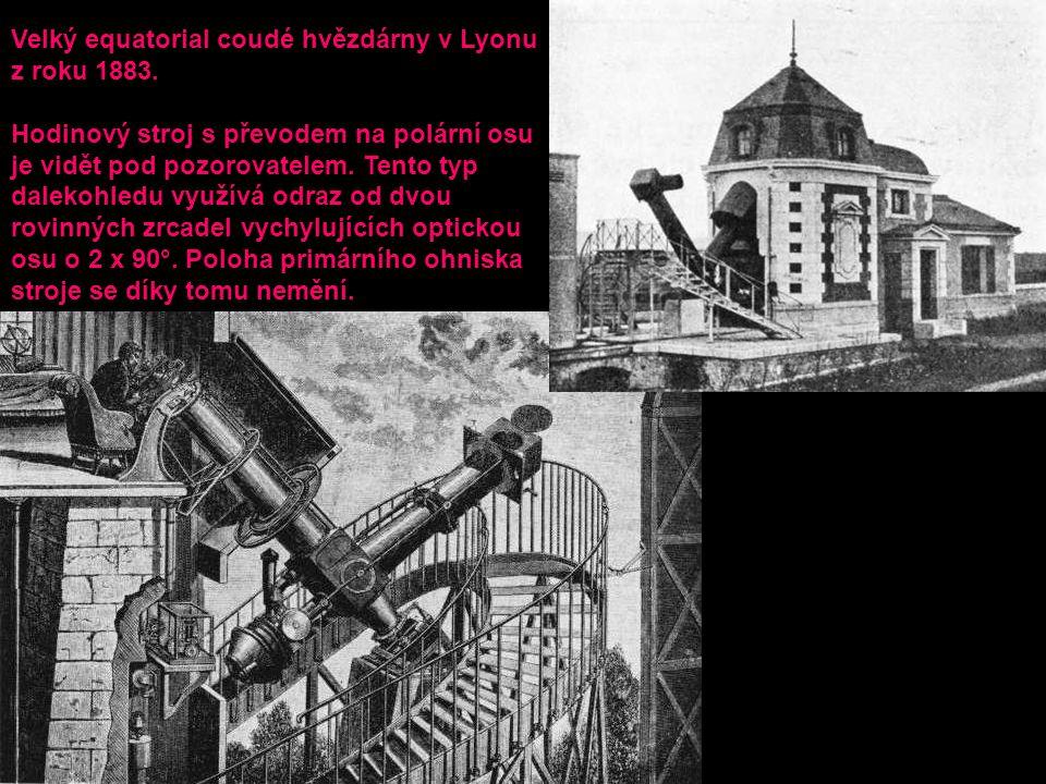 Velký equatorial coudé hvězdárny v Lyonu z roku 1883. Hodinový stroj s převodem na polární osu je vidět pod pozorovatelem. Tento typ dalekohledu využí
