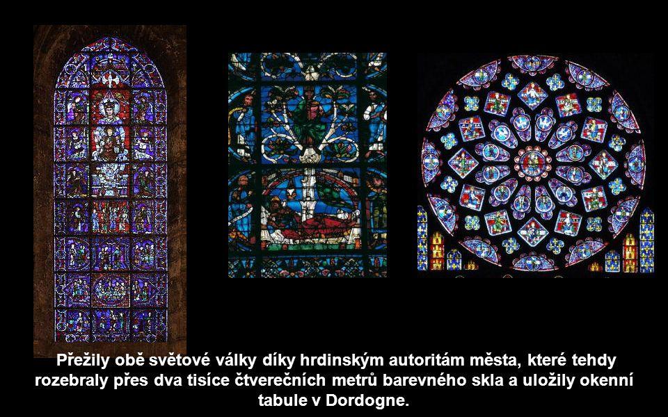 Největší pýchou interiéru je 176 vitrážních oken z 13. století, které propouští do lodi nadpozemské světlo (chartreská modř a tmavá červeň).