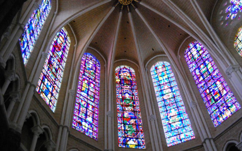 Přežily obě světové války díky hrdinským autoritám města, které tehdy rozebraly přes dva tisíce čtverečních metrů barevného skla a uložily okenní tabu