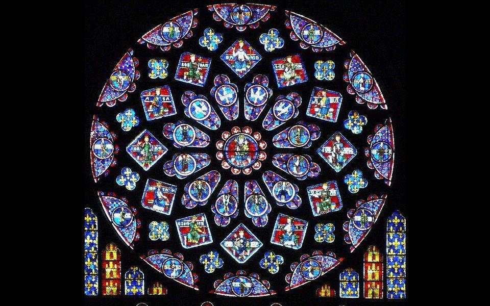 Sbírka středověké vitráže je klenotem katedrály. Je největší na světě a byla první, která obsahovala modrou barvu.