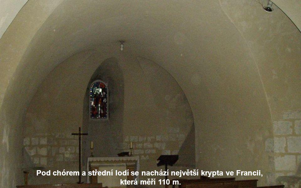 V presbytáři se nachází 200 soch na 41 výjevech z Ježíšova života a ze života Panny Marie.