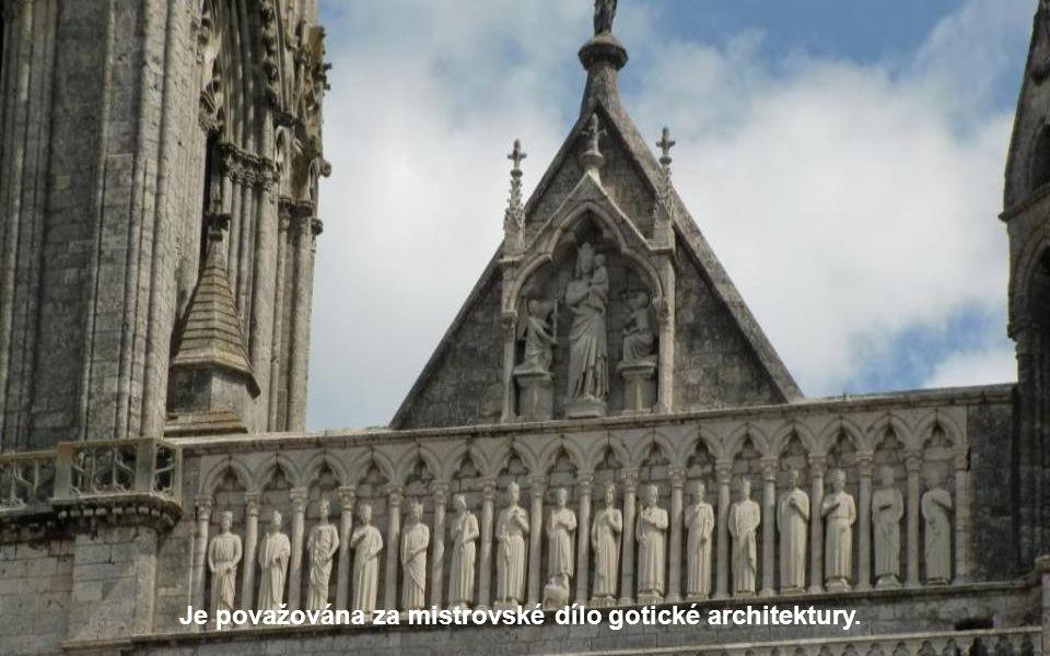Byla vybudována v pořadí jako druhá ze tří nejvýznamnějších gotických katedrál ve Francii (první byla Notre-Dame v Paříži, třetí katedrála v Remeši).