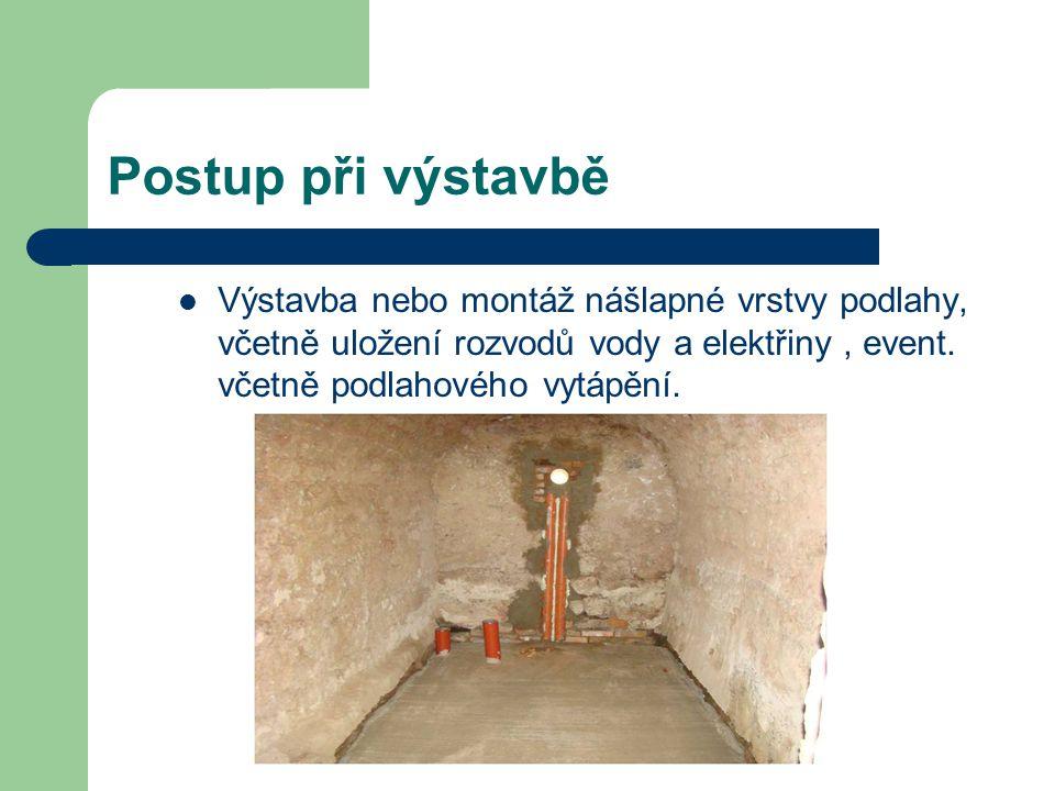 Postup při výstavbě Výstavba nebo montáž nášlapné vrstvy podlahy, včetně uložení rozvodů vody a elektřiny, event.