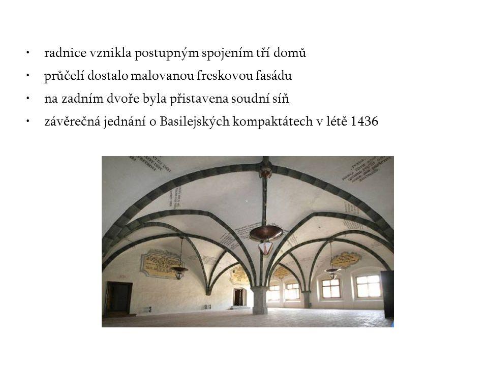 radnice vznikla postupným spojením tří domů průčelí dostalo malovanou freskovou fasádu na zadním dvoře byla přistavena soudní síň závěrečná jednání o Basilejských kompaktátech v létě 1436