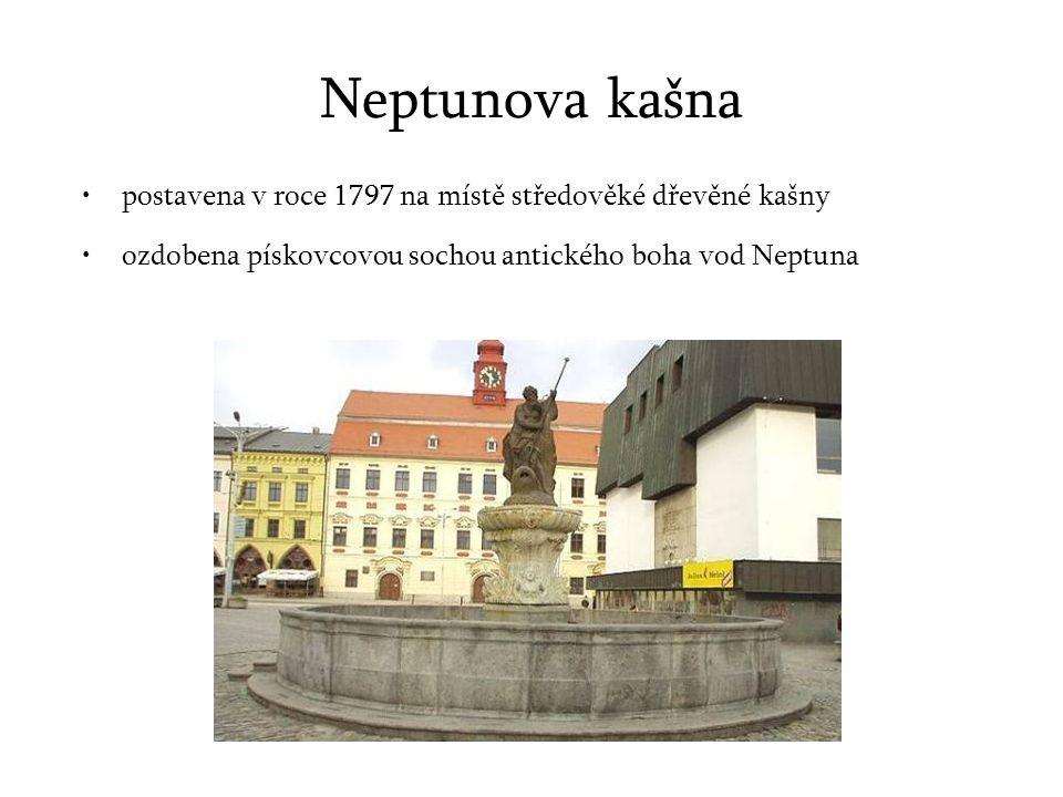 Neptunova kašna postavena v roce 1797 na místě středověké dřevěné kašny ozdobena pískovcovou sochou antického boha vod Neptuna