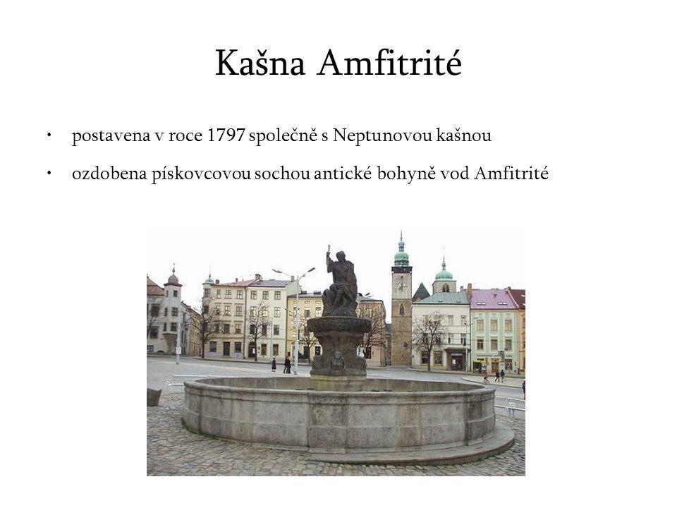 Kašna Amfitrité postavena v roce 1797 společně s Neptunovou kašnou ozdobena pískovcovou sochou antické bohyně vod Amfitrité