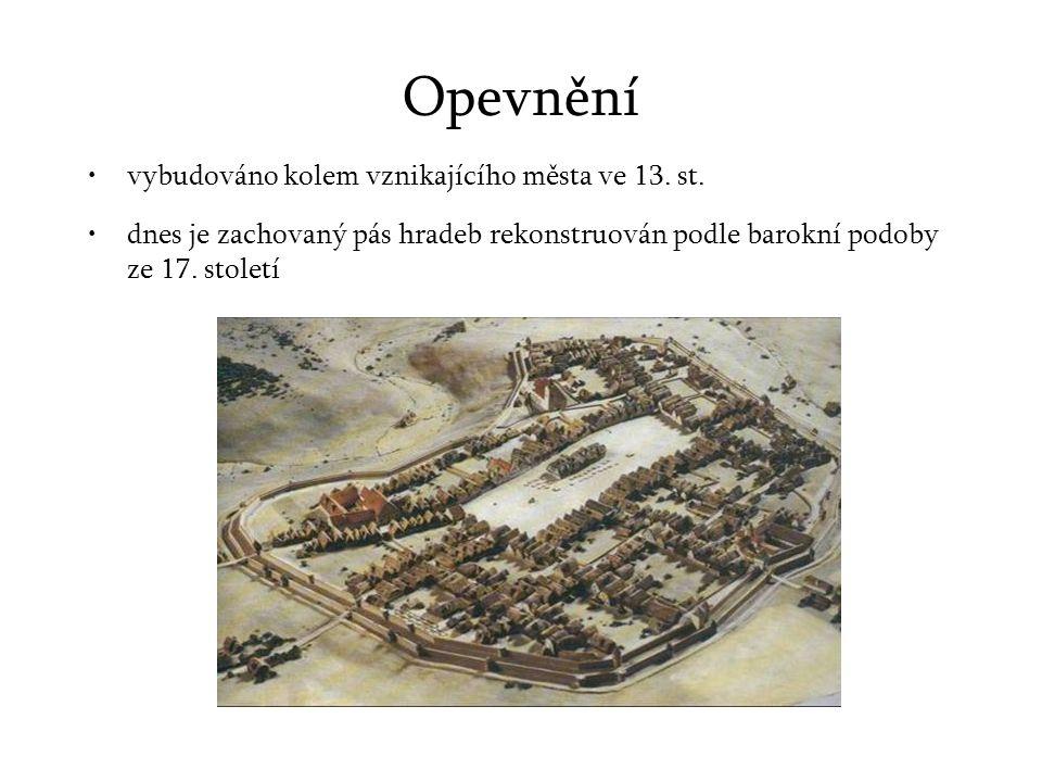 Opevnění vybudováno kolem vznikajícího města ve 13.