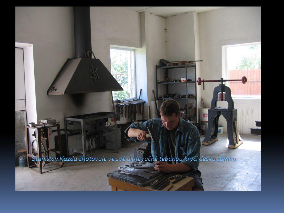 Stanislav Kazda zhotovuje ve své dílně ručně tepanou krycí desku zámku.