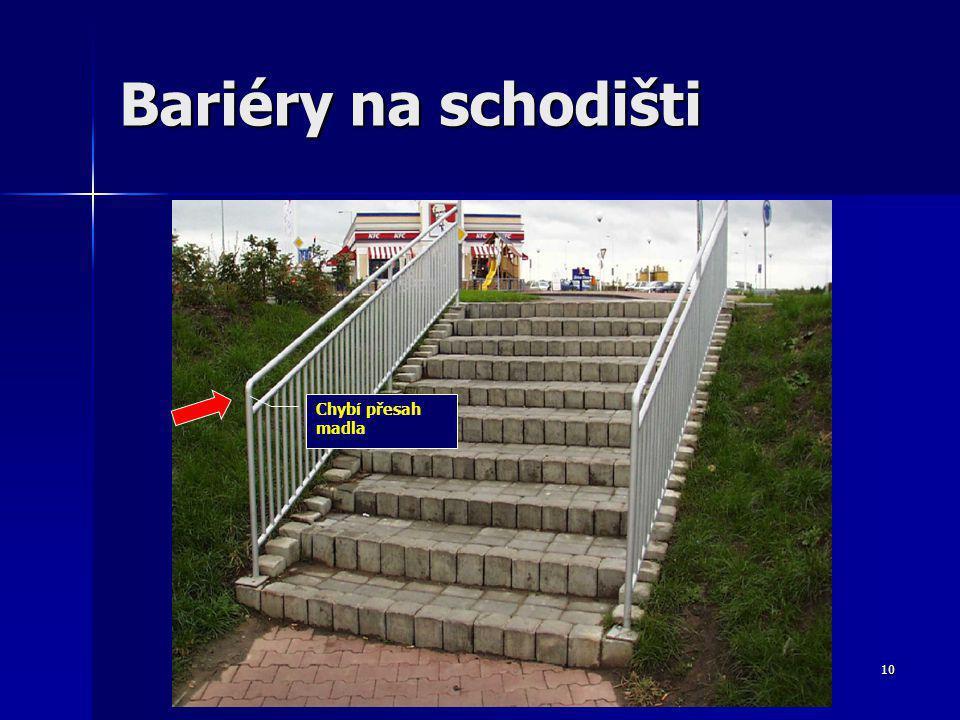 10 Bariéry na schodišti Chybí přesah madla