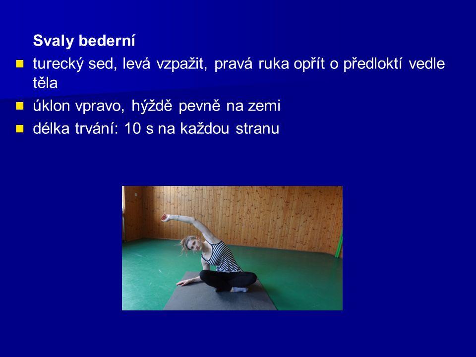 Svaly bederní turecký sed, levá vzpažit, pravá ruka opřít o předloktí vedle těla úklon vpravo, hýždě pevně na zemi délka trvání: 10 s na každou stranu