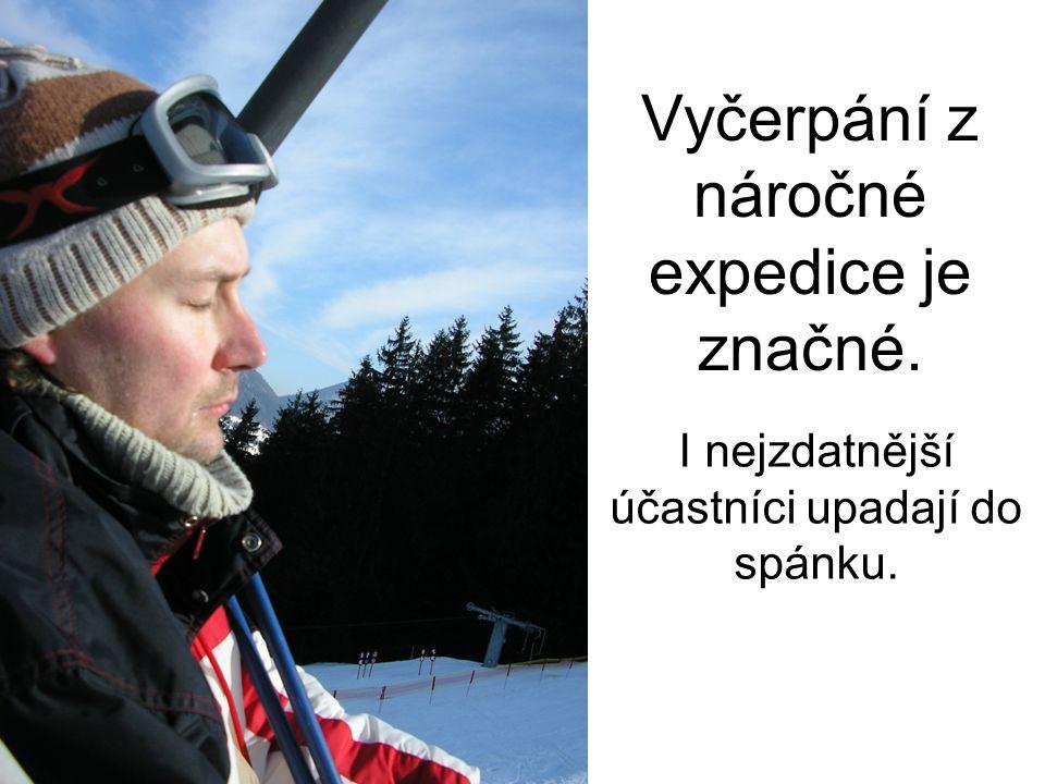 Vyčerpání z náročné expedice je značné. I nejzdatnější účastníci upadají do spánku.