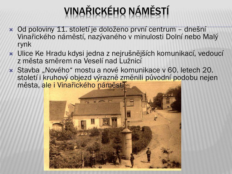  Od poloviny 11. století je doloženo první centrum – dnešní Vinařického náměstí, nazývaného v minulosti Dolní nebo Malý rynk  Ulice Ke Hradu kdysi j
