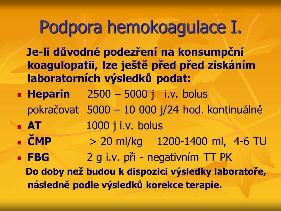 Podpora hemokoagulace I. Je-li důvodné podezření na konsumpční koagulopatii, lze ještě před před získáním laboratorních výsledků podat: Heparin 2500 –
