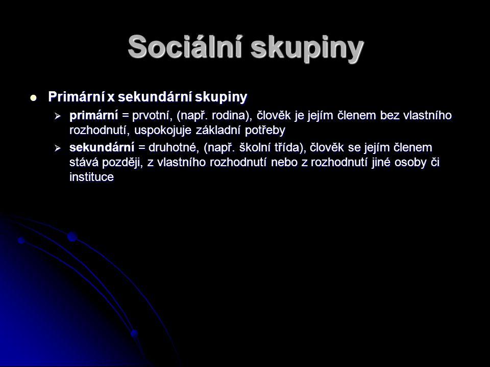Sociální skupiny Primární x sekundární skupiny Primární x sekundární skupiny  primární = prvotní, (např. rodina), člověk je jejím členem bez vlastníh
