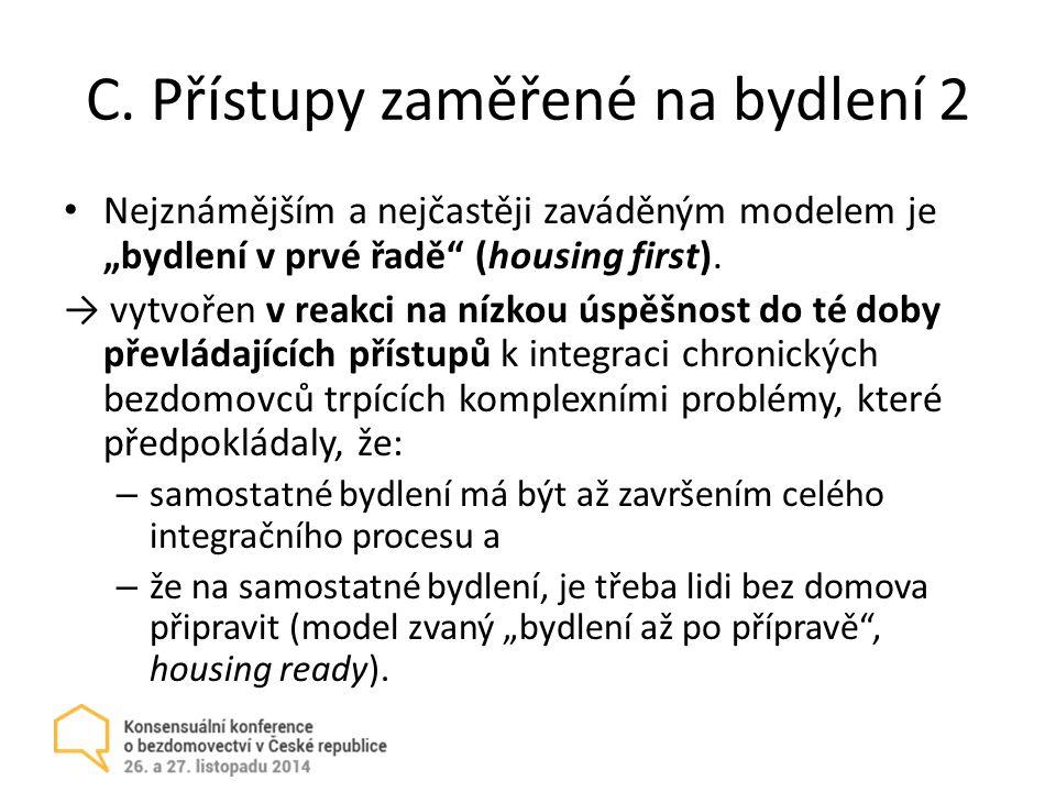 """C. Přístupy zaměřené na bydlení 2 Nejznámějším a nejčastěji zaváděným modelem je """"bydlení v prvé řadě"""" (housing first). → vytvořen v reakci na nízkou"""
