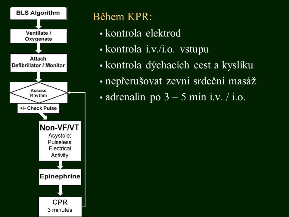 Během KPR: kontrola elektrod kontrola i.v./i.o. vstupu kontrola dýchacích cest a kyslíku nepřerušovat zevní srdeční masáž adrenalin po 3 – 5 min i.v.