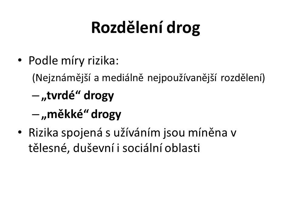 """Rozdělení drog Podle míry rizika: (Nejznámější a mediálně nejpoužívanější rozdělení) – """"tvrdé"""" drogy – """"měkké"""" drogy Rizika spojená s užíváním jsou mí"""