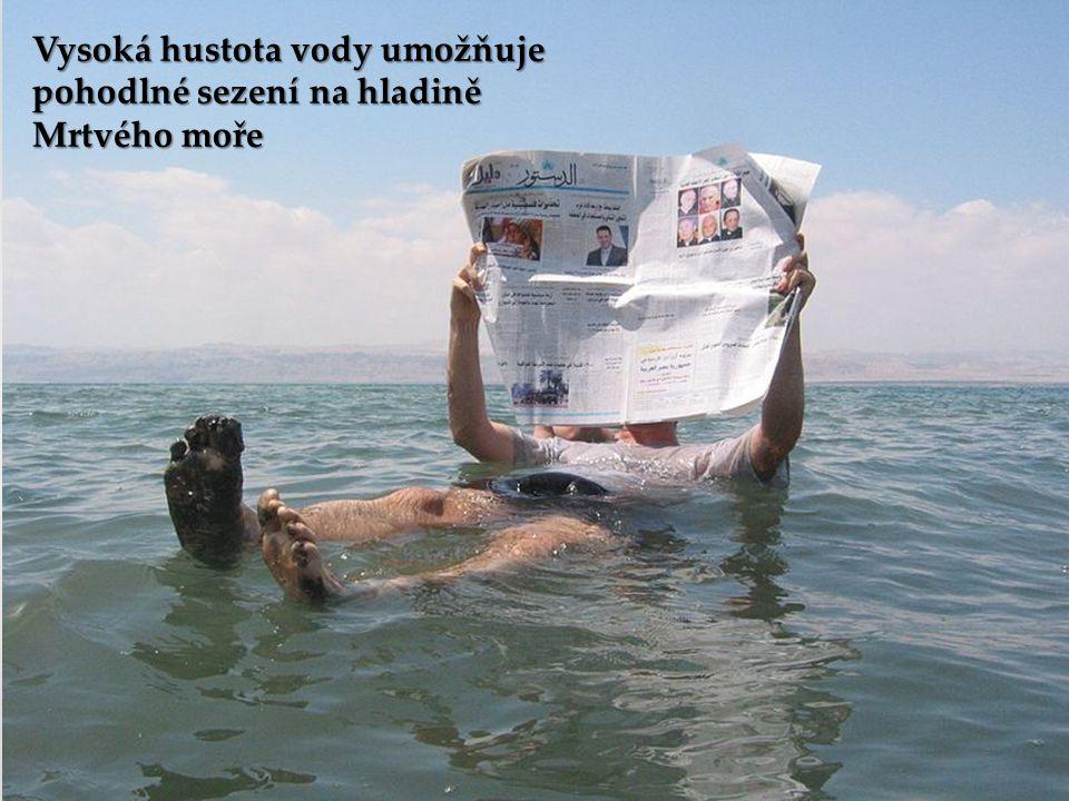Vysoká hustota vody umožňuje pohodlné sezení na hladině Mrtvého moře