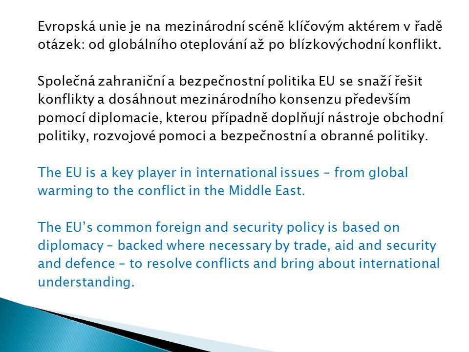 Evropská unie je na mezinárodní scéně klíčovým aktérem v řadě otázek: od globálního oteplování až po blízkovýchodní konflikt. Společná zahraniční a be