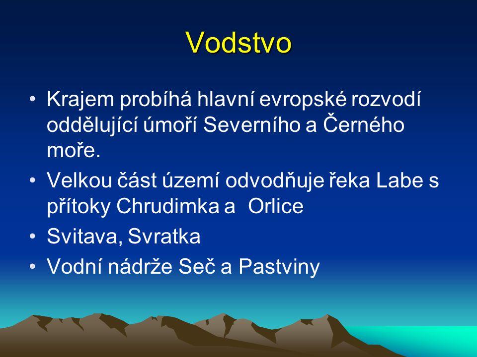 Vodstvo Krajem probíhá hlavní evropské rozvodí oddělující úmoří Severního a Černého moře. Velkou část území odvodňuje řeka Labe s přítoky Chrudimka a