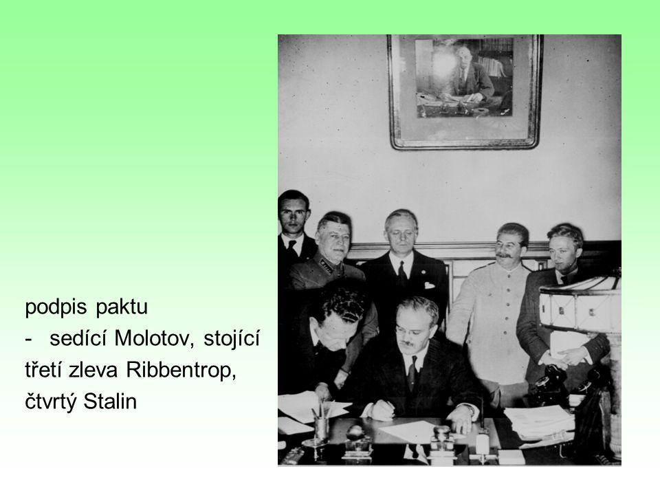 podpis paktu -sedící Molotov, stojící třetí zleva Ribbentrop, čtvrtý Stalin