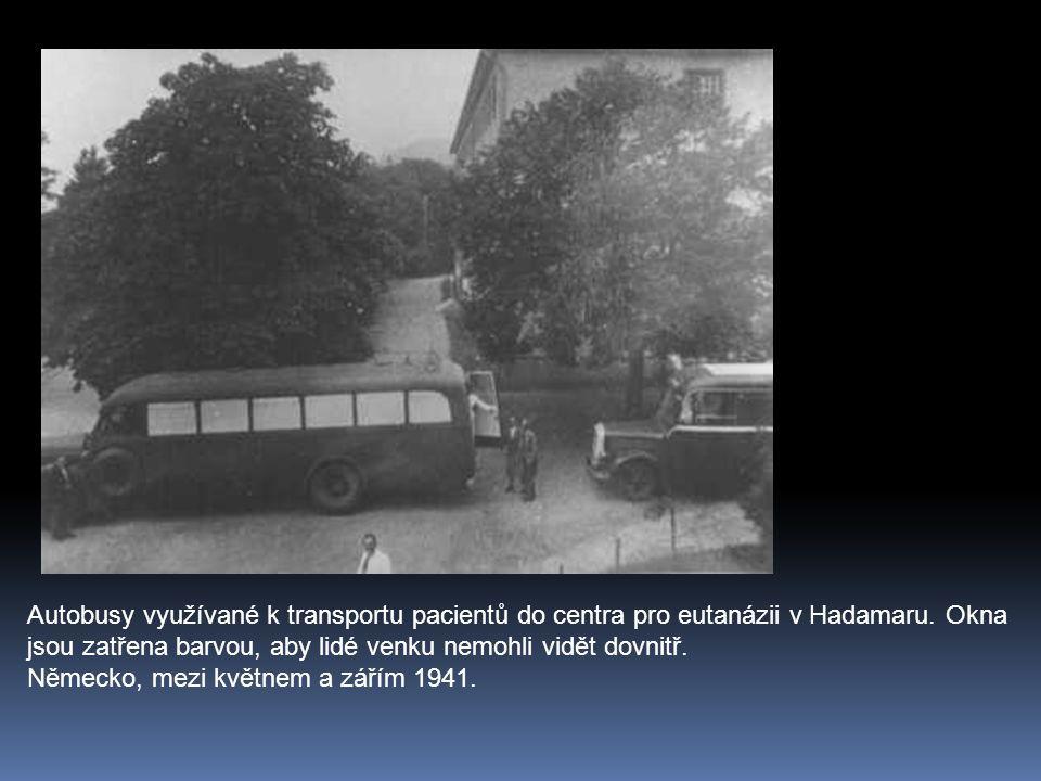 Autobusy využívané k transportu pacientů do centra pro eutanázii v Hadamaru.