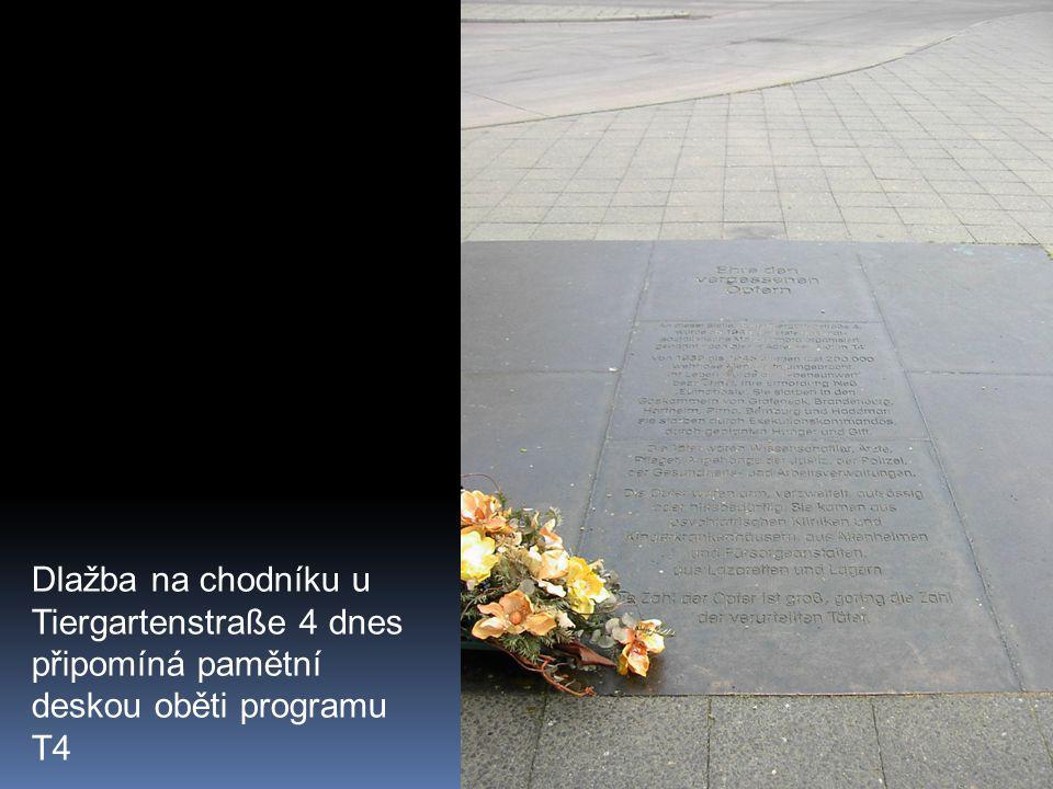 Dlažba na chodníku u Tiergartenstraße 4 dnes připomíná pamětní deskou oběti programu T4