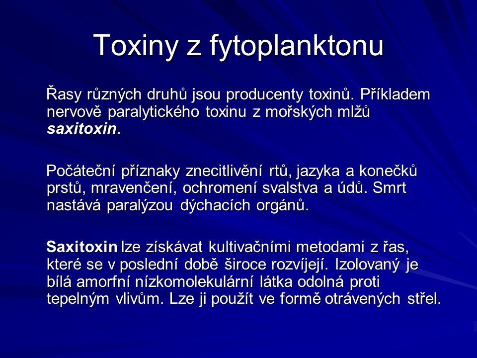 Toxiny z fytoplanktonu Řasy různých druhů jsou producenty toxinů. Příkladem nervově paralytického toxinu z mořských mlžů saxitoxin. Řasy různých druhů