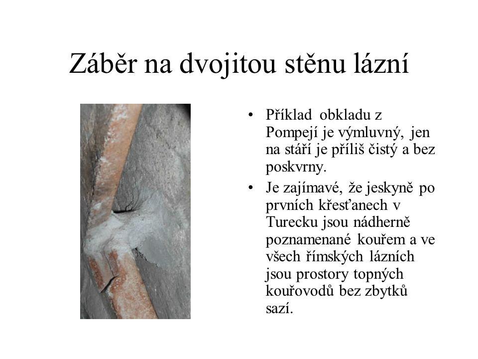 Záběr na dvojitou stěnu lázní Příklad obkladu z Pompejí je výmluvný, jen na stáří je příliš čistý a bez poskvrny. Je zajímavé, že jeskyně po prvních k