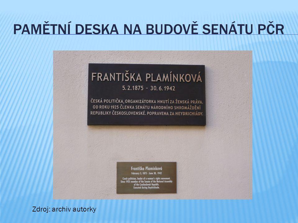 PAMĚTNÍ DESKA NA BUDOVĚ SENÁTU PČR Zdroj: archiv autorky