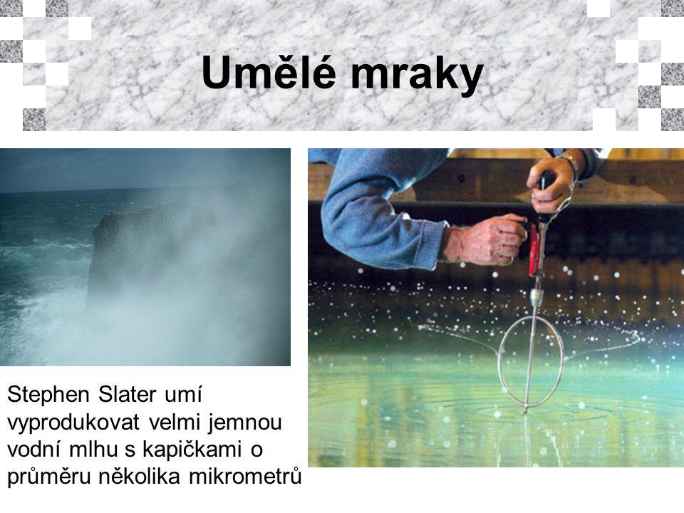 Umělé mraky Stephen Slater umí vyprodukovat velmi jemnou vodní mlhu s kapičkami o průměru několika mikrometrů