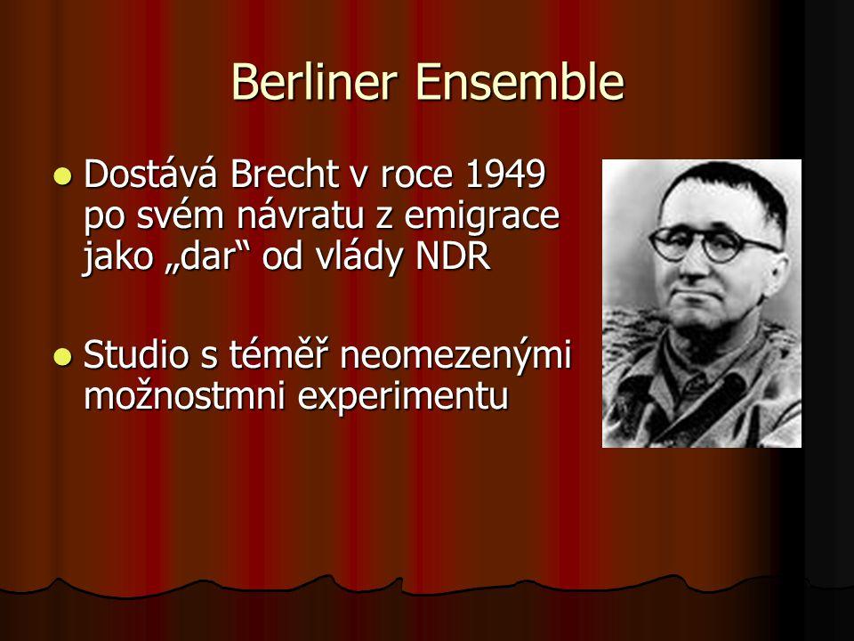 """Berliner Ensemble Dostává Brecht v roce 1949 po svém návratu z emigrace jako """"dar"""" od vlády NDR Dostává Brecht v roce 1949 po svém návratu z emigrace"""