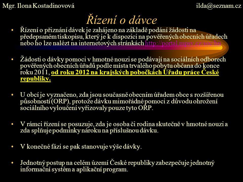 Řízení o dávce Řízení o přiznání dávek je zahájeno na základě podání žádosti na předepsaném tiskopisu, který je k dispozici na pověřených obecních úřadech nebo ho lze nalézt na internetových stránkách http://portal.mpsv.cz/soc/hnhttp://portal.mpsv.cz/soc/hn Žádosti o dávky pomoci v hmotné nouzi se podávají na sociálních odborech pověřených obecních úřadů podle místa trvalého pobytu občana do konce roku 2011, od roku 2012 na krajských pobočkách Úřadu práce České republiky.