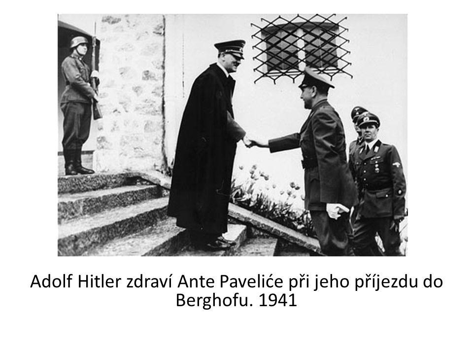 Adolf Hitler zdraví Ante Paveliće při jeho příjezdu do Berghofu. 1941