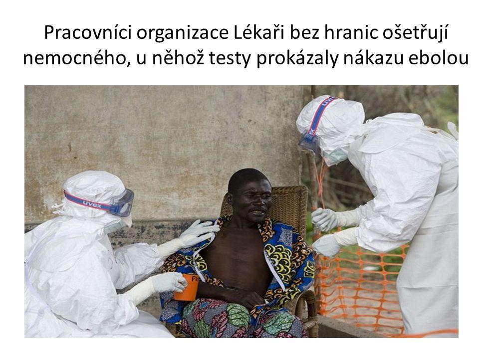 Pracovníci organizace Lékaři bez hranic ošetřují nemocného, u něhož testy prokázaly nákazu ebolou