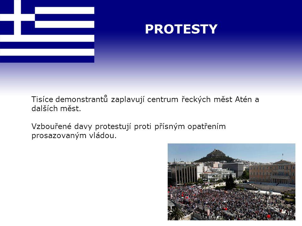 PROTESTY Tisíce demonstrantů zaplavují centrum řeckých měst Atén a dalších měst. Vzbouřené davy protestují proti přísným opatřením prosazovaným vládou