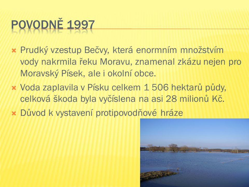  Prudký vzestup Bečvy, která enormním množstvím vody nakrmila řeku Moravu, znamenal zkázu nejen pro Moravský Písek, ale i okolní obce.  Voda zaplavi
