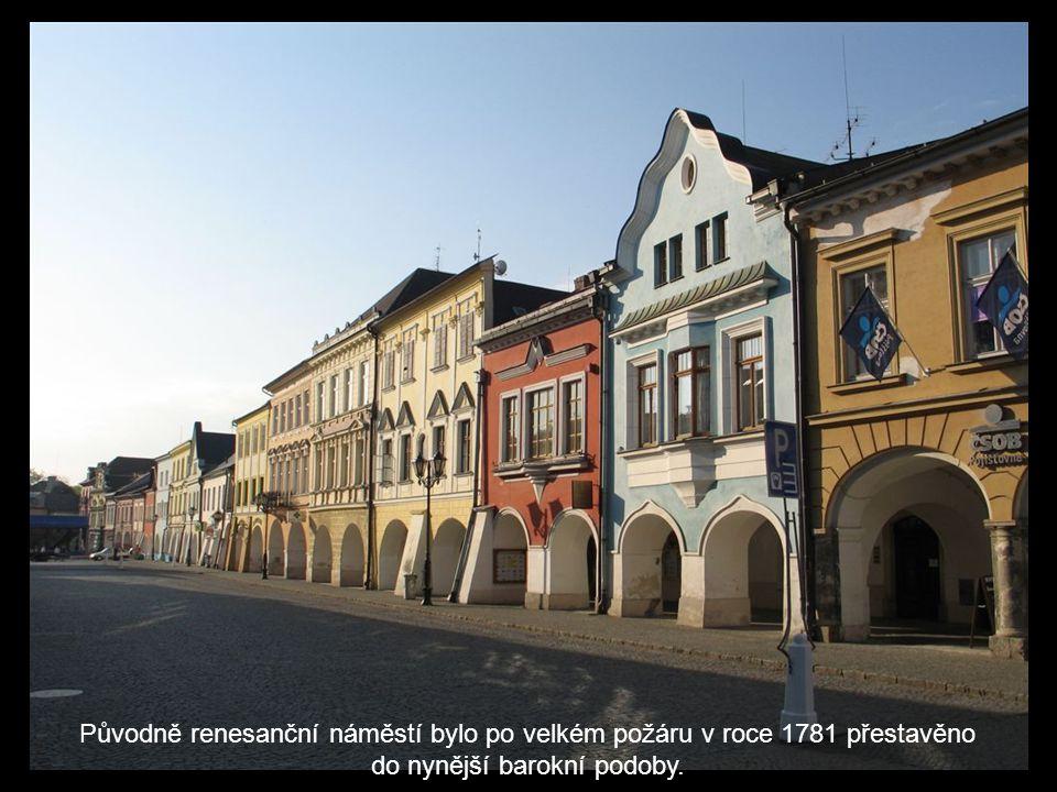 Původně renesanční náměstí bylo po velkém požáru v roce 1781 přestavěno do nynější barokní podoby.