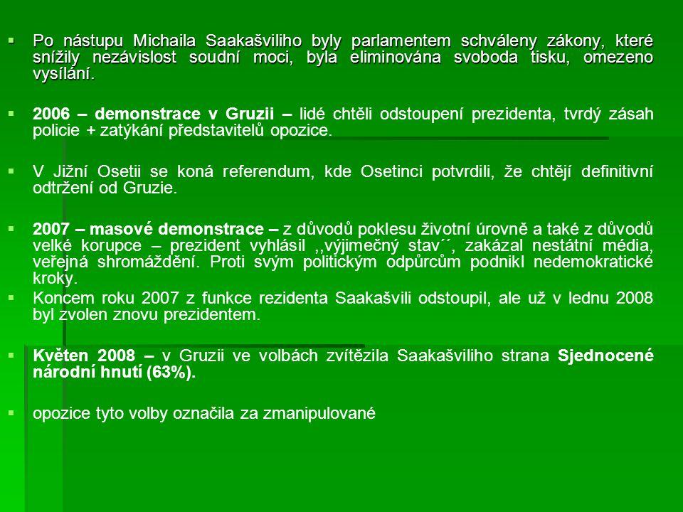  Po nástupu Michaila Saakašviliho byly parlamentem schváleny zákony, které snížily nezávislost soudní moci, byla eliminována svoboda tisku, omezeno v